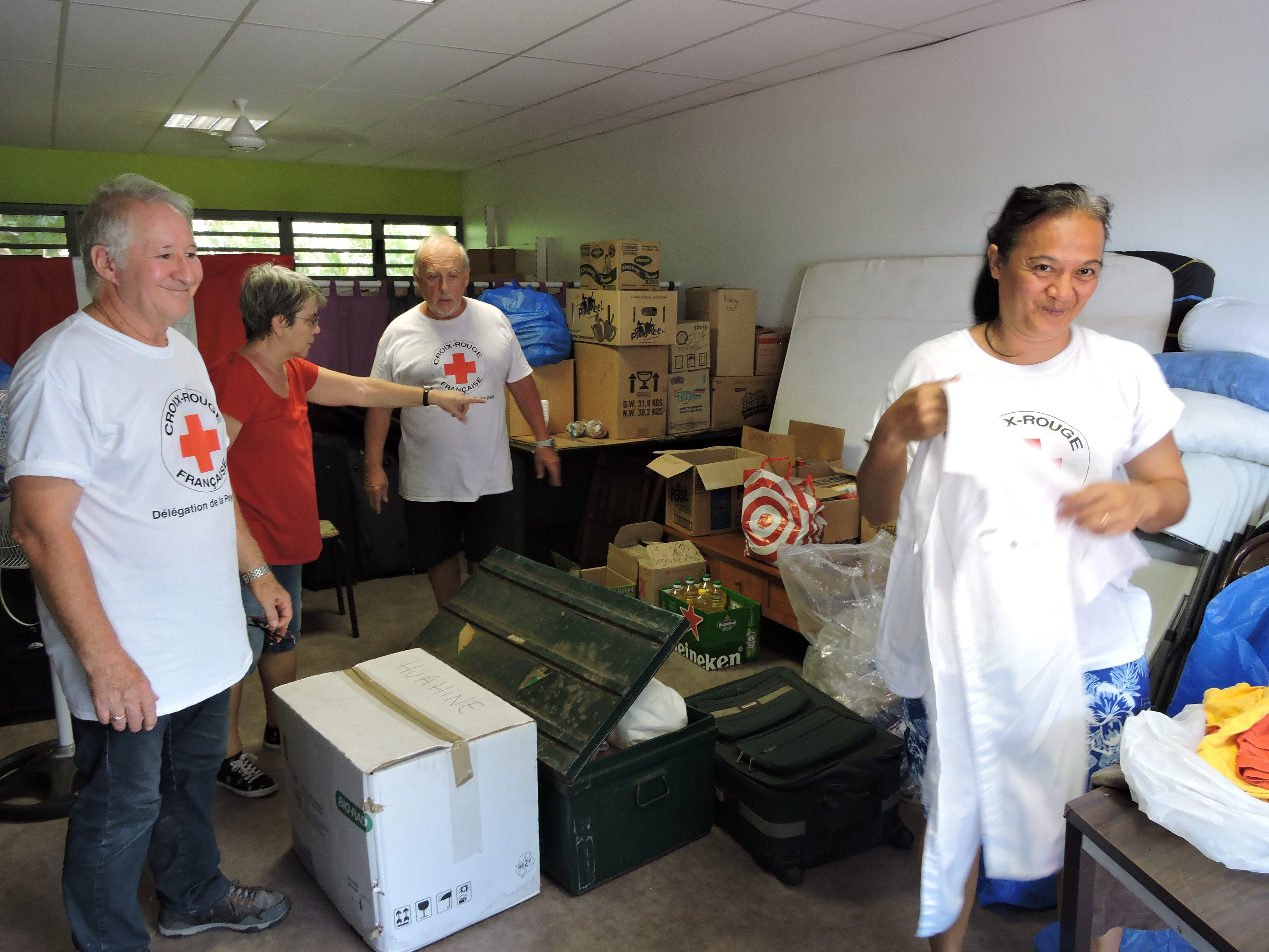 Les bénévoles de la Croix-Rouge ont commencé à trier les dons dès lundi matin.