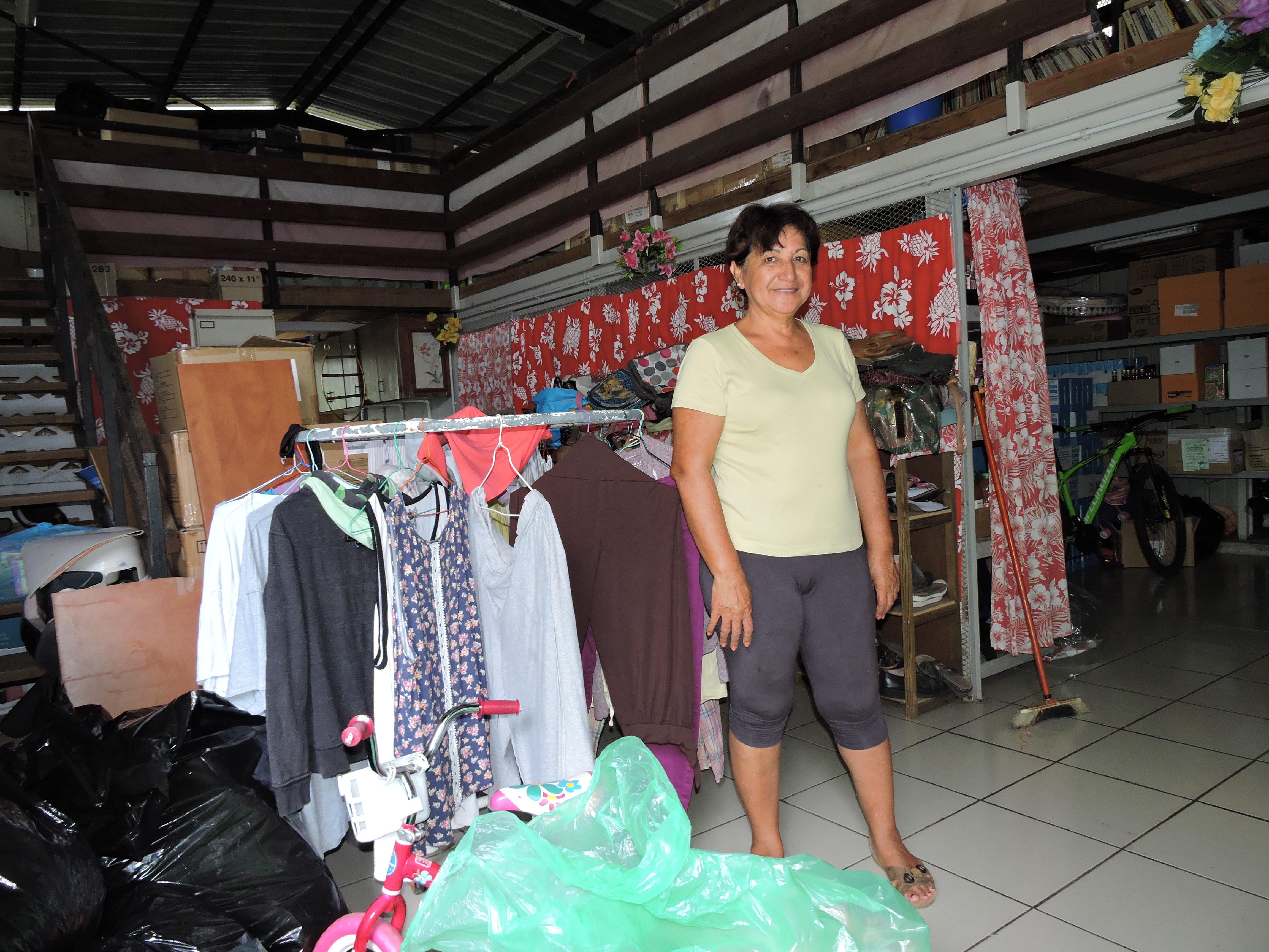 Au siège du Secours catholique, à La Mission, Patricia Puhetini, récupère les dons. Ils seront ensuite redistribués.