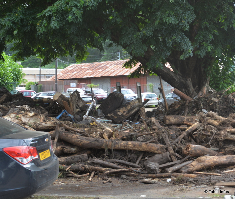 Les déchets abandonnés par les flots déchainés sont entreposés où il y a de la place, en attendant des lieux de stockage plus appropriés.