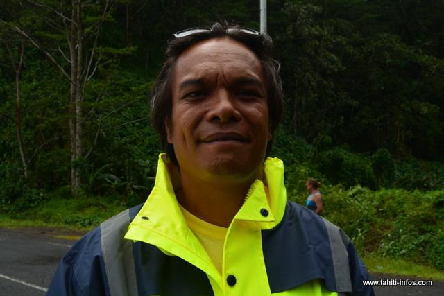 """""""Hier (dimanche NDLR), je me suis chargé de faire circuler les camions. nous avons terminé vers 4 heures du matin. Ce lundi matin, on nous a appelés vers 9h pour une autre intervention, c'est vrai que je suis fatigué mais c'est comme ça, c'est le travail"""", explique Beno, 37 ans."""