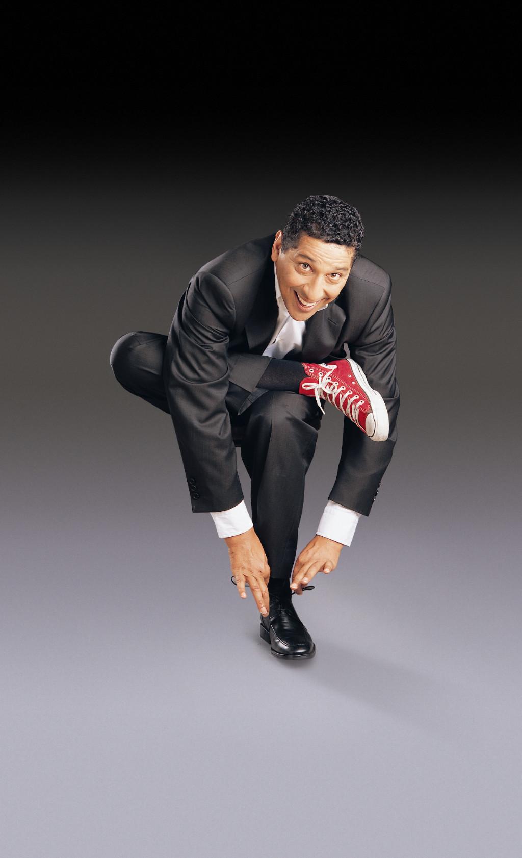 """L'humoriste, qui a débuté sa carrière il y a plus de 35 ans, jouera deux représentations de son """"Meilleur  show men"""" à Tahiti."""
