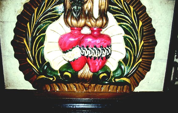 Le symbole de la congrégation des Sacrés-Cœurs de Jésus et de Marie et de l'Adoration perpétuelle du Très-Saint-Sacrement de l'Autel, dont les religieux furent surnommés les Picpus. Ils payèrent le prix fort leur désir d'évangéliser le Pacifique Sud.