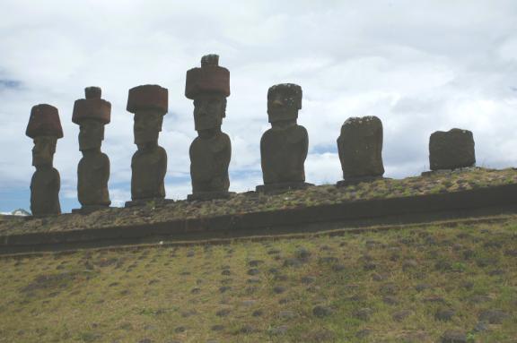 A l'époque du drame qui coûta la vie à l'expédition conduite par Mgr. Rouchouze, les moai de l'ahu Naunau, dominant Anakena, devaient être renversés. Ils n'ont donc rien vu et ils ne témoigneront jamais…