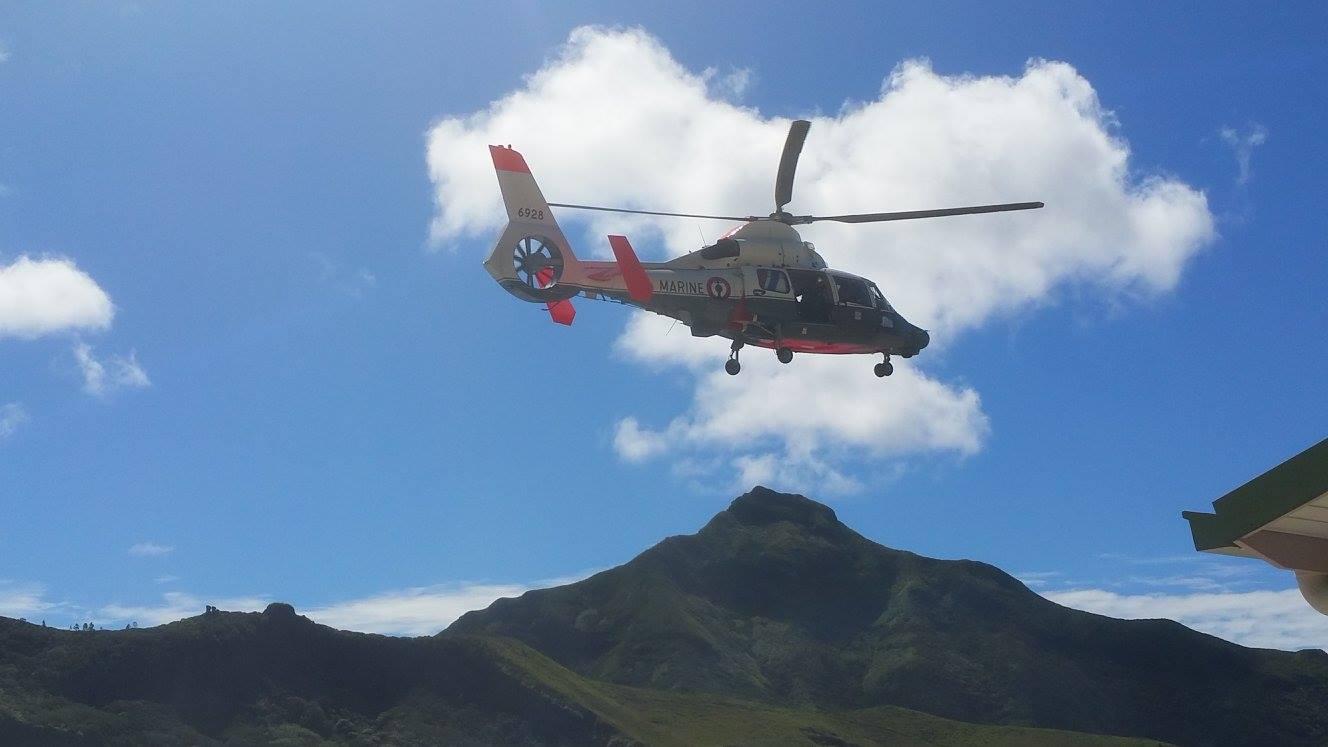 Pour les évacuations sanitaires urgentes, un hélicoptère de l'armée se charge de récupérer les patients sur Rapa.