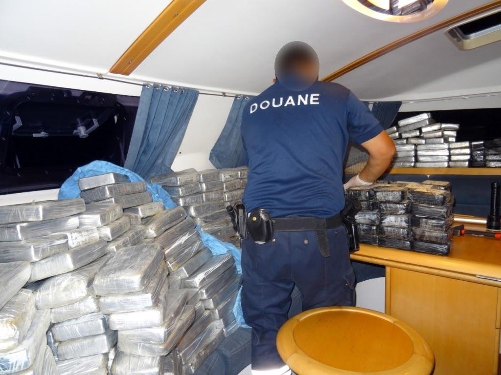Des pains et des pains de cocaïne ont été découverts disséminés un peu partout dans les entrailles du catamaran perquisitionné à la marina de Arue. (Crédit photo : Douane française)