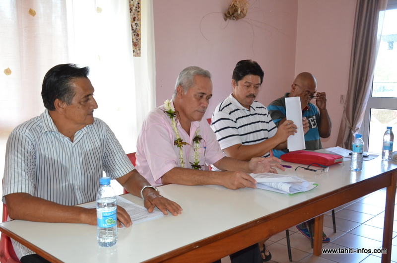 Gérard Parker, Wilfred Tavaearii, Taputu Faana et Abel Tehotu, mardi matin lors de l'appel lancé aux élus de Hitia'a o te Ra depuis la mairie de Teahupoo.
