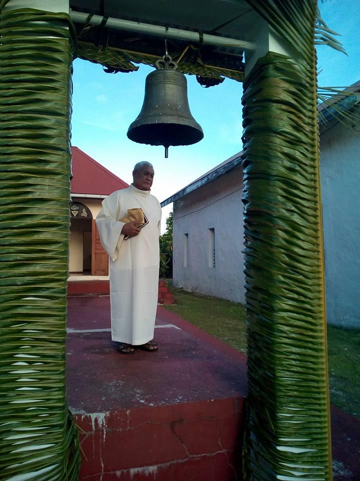 La bénédiction de la cloche par le diacre