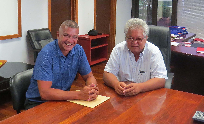 Woullingson Raufauore, le maire de Maupiti, en compagnie de Luc Faatau, ministre de l'Equipement.