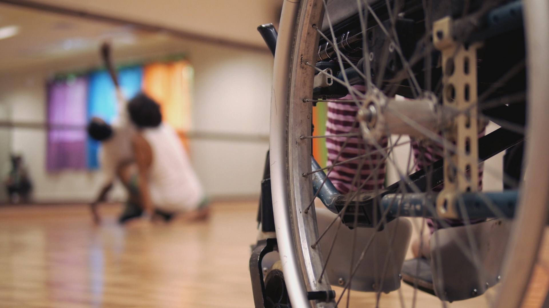 Filmer des personnes atteintes d'un handicap qui s'expriment grâce au 'ori tahiti et à la danse contemporaine, c'est le défi qu'a relevé Jacques Navarro-Rovira.