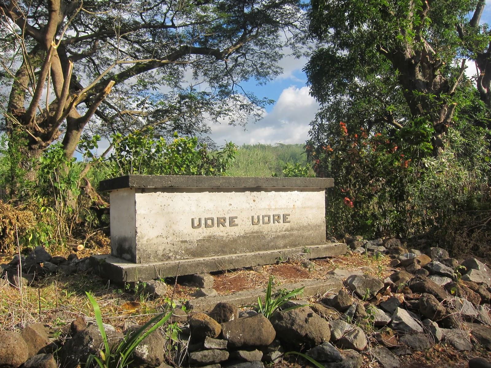 Autour de la tombe de Udre Udre ont été placées, en cercle, les pierres qui rappellent que pour chaque caillou, une victime humaine a été sacrifiée à l'appétit de l'anthropophage le plus célèbre des îles Fidji.