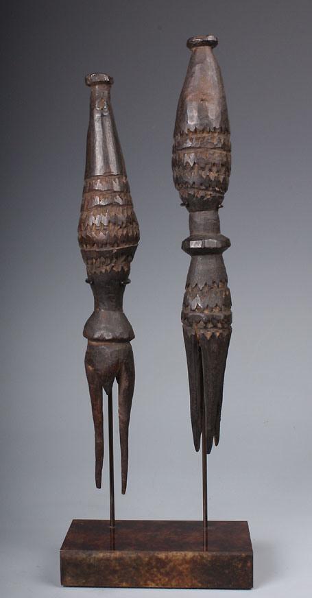 Les célèbres fourchettes destinées à la consommation de chair humaine aux Fidji ; on en trouve dans de très nombreux musées autour du monde.