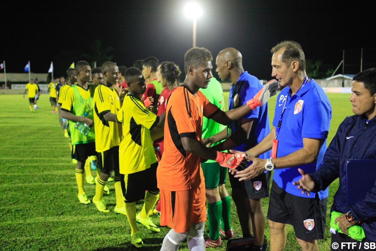 Patrice Flaccadori félicite le gardien du Vanuatu qui a fait un bon match