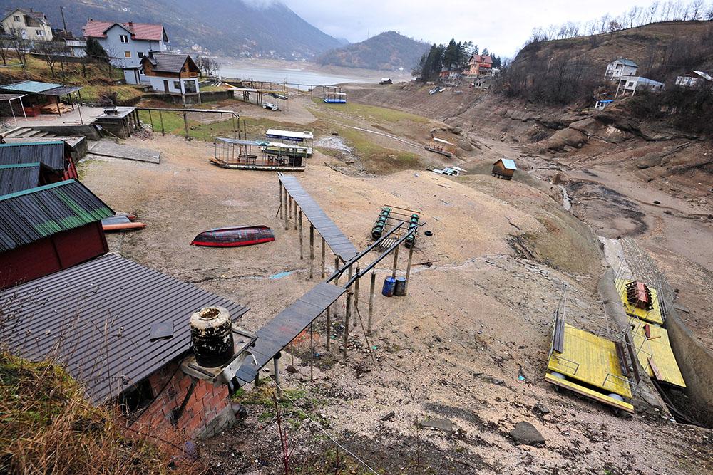 La sécheresse et la course aux kilowatts vident un lac de Bosnie