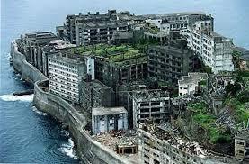 Japon: sur une île inhabitée, une ville fantôme fait face à son passé trouble