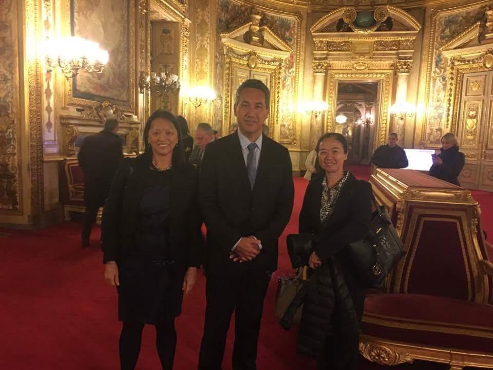 Le président de l'assemblée est accompagné de Madame Jeanne Santini, secrétaire  générale de l'Assemblée de la Polynésie française, et de Madame Béatrice Ly Sao, chef du  service des commissions de l'Assemblée de la Polynésie française.