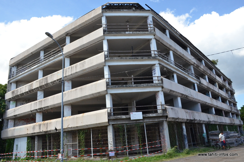 L'immeuble Van Bastolaer, avenue du Régent Paraita à Papeete, avait été acquis par le Pays en 1991 et laissé à l'état d'abandon depuis.