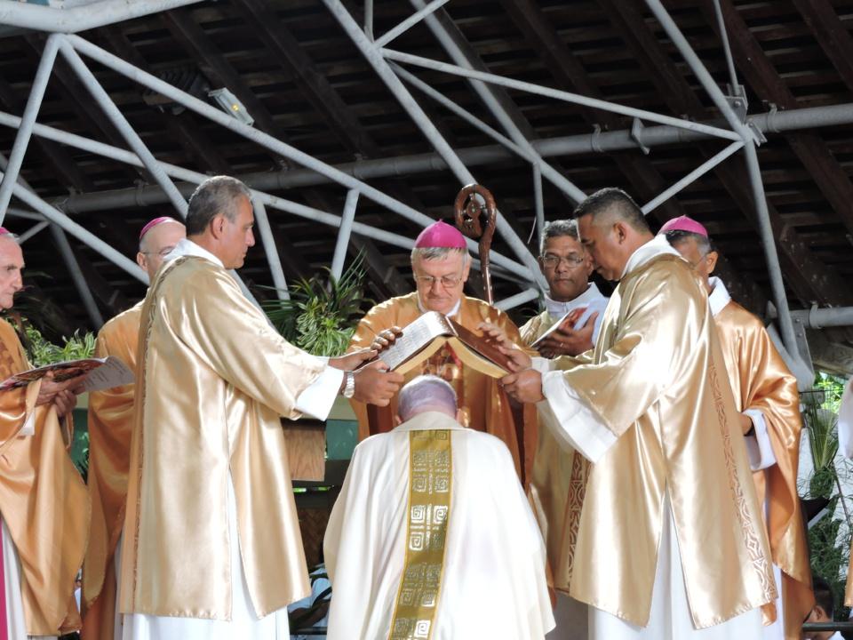 Mgr Cottanceau ordonné archevêque (photos)