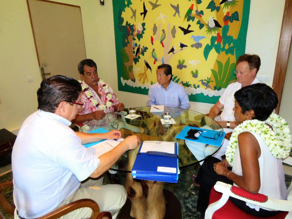 Edouard Fritch, lundi, en compagnie de la ministre des Outre-mer, de Thierry Nuhn-Fat, de Marc Vizy, conseiller spécial Outre-mer de François Hollande et du haut-commissaire René Bidal.