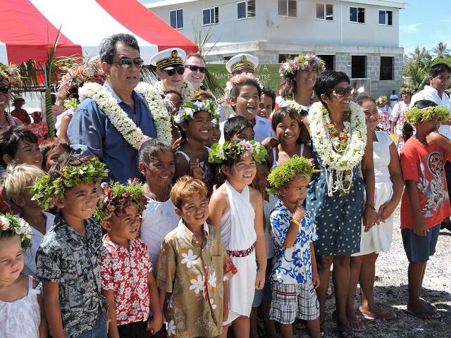 Les enfants de Manihi ont chanté l'hymne français et l'hymne polynésien devant la ministre des Outre-mer.