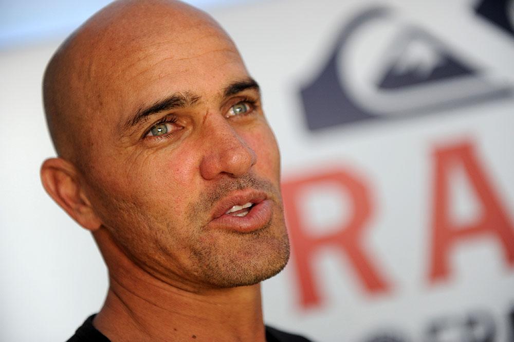 """Kelly Slater, légende du surf, appelle à des """"abattages"""" de requins à La Réunion"""