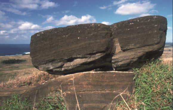 Une ébauche maladroite de moai, sculptée après le renversement des statues, à une époque plus récente (XVIII ou XIXe siècle, probablement).