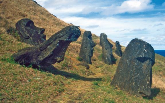 La pente externe du Rano Raraku est couverte de statues aux trois-quarts enterrées.