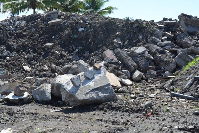 """""""Il y a 10 à 20 tonnes de gravats sur le terrain. Nous sommes révoltés"""", raconte Ralph Taaviri."""
