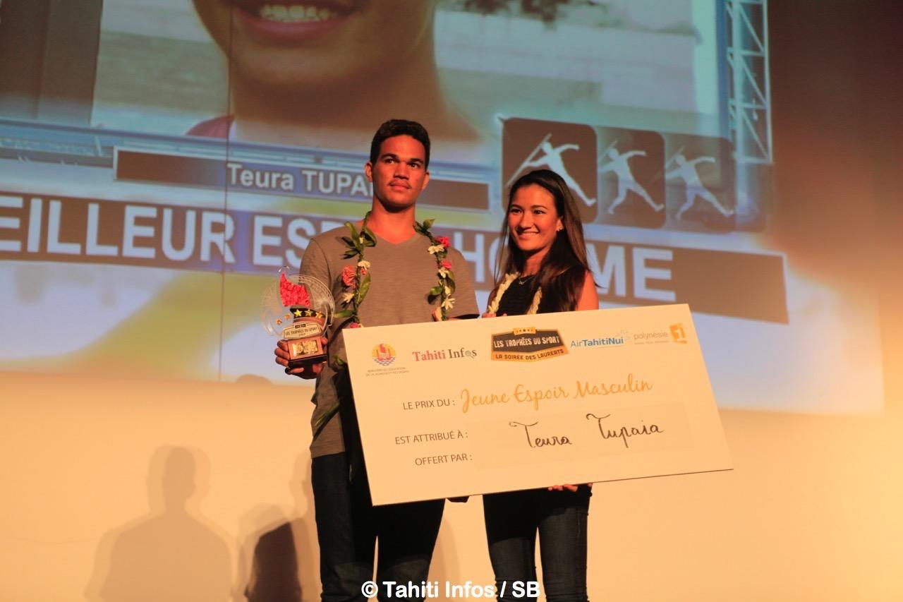 Teura Tupaia, meilleur espoir homme, avec Sarah Moux gérante de Fenua Com et du magazine Hine