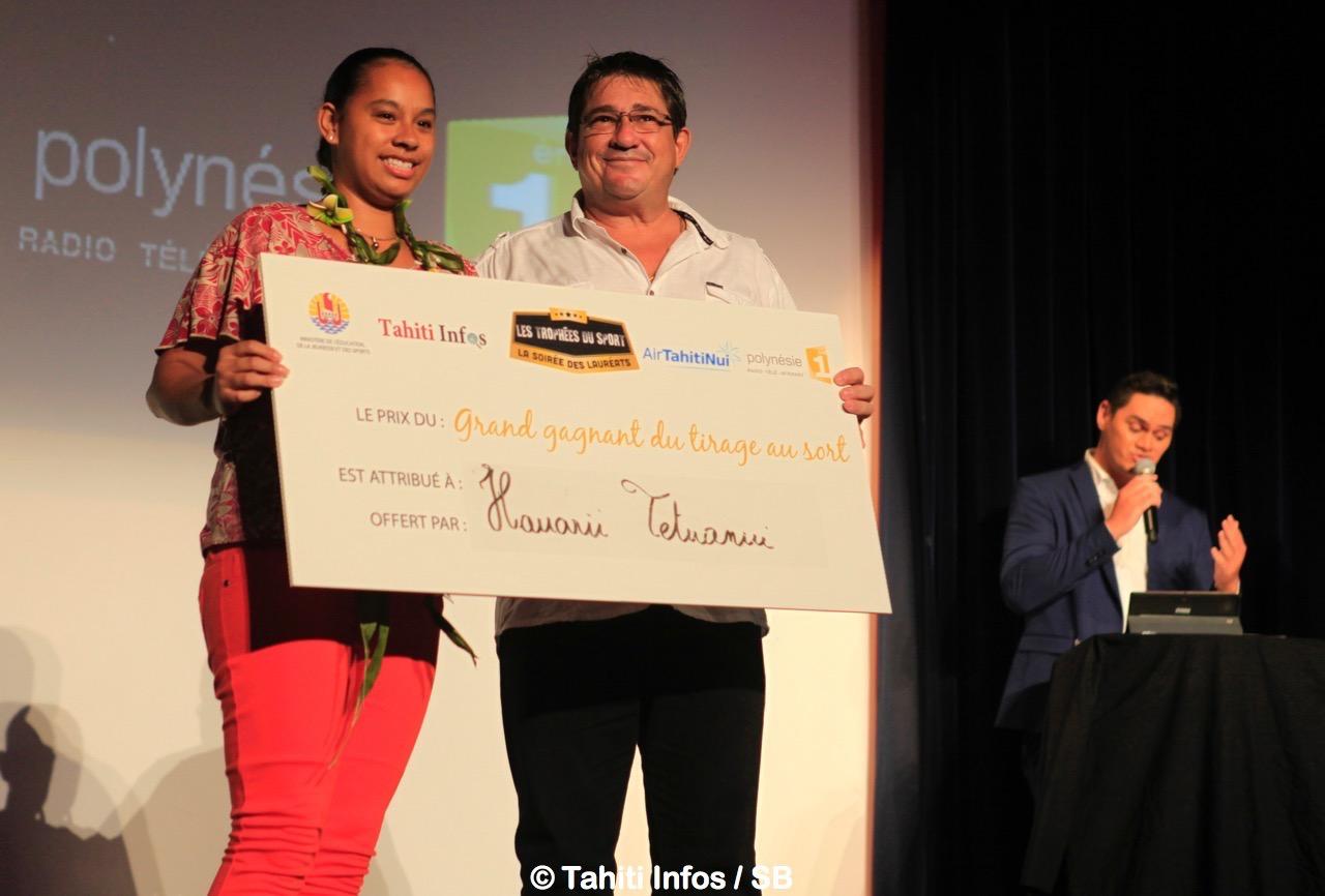 Alain Barbaroux, directeur d'exploitation de Tahiti Infos avec la gagnante du jeu Tahiti Infos papier