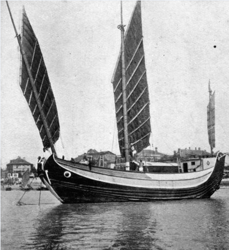 """Le """"Fou Po I"""", premier bateau et premières expériences de navigation en Asie du Sud-Est et en Chine. La jonque se fracassa sur les côtes de Taïwan."""