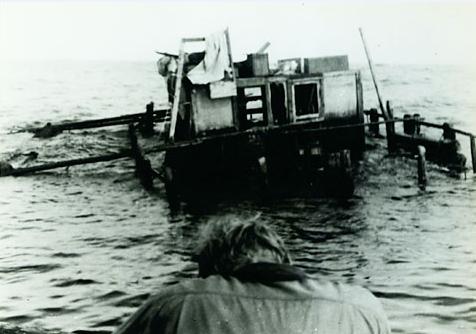"""Le naufrage du """"Tahiti Nui I"""" au large de l'archipel de Juan Fernandez, encore bien loin des côtes chiliennes que de Bisschop voulait atteindre."""