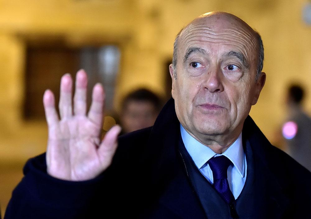 Présidentielle: Juppé prêt à y aller, Fillon acculé