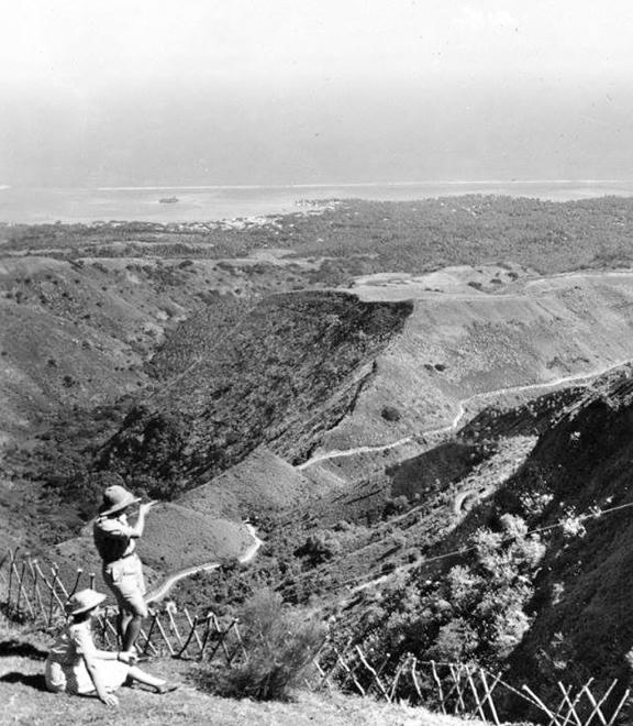 Vue du belvédère Pirae dans les années 60. Les collines étaient encore vierges de toute construction. Photo Francis Moeva Peltier