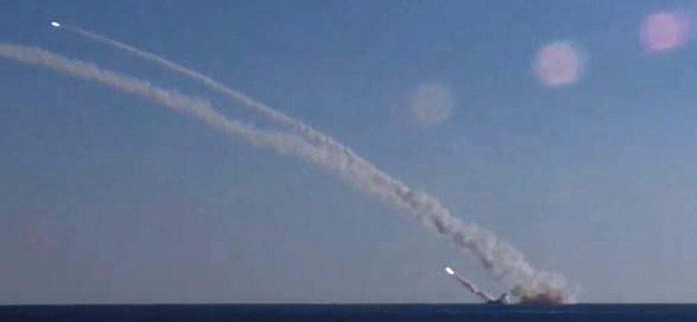 Pyongyang tire une salve de missiles, trois tombent près du Japon