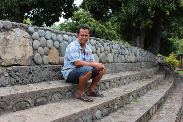 Pierre Tahiatohuipokao, enseignant d'une classe de primaire multi-niveaux (CP, CE1 et CE2), il mène le projet d'aire marine éducative.