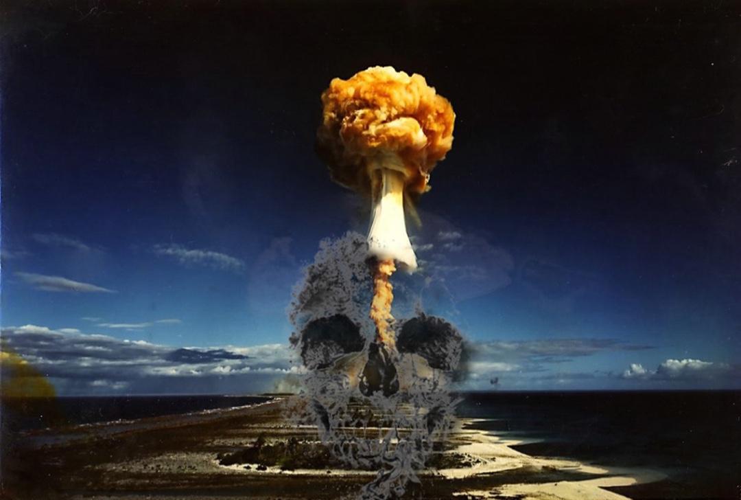 """Dans cette """"bombe"""" cinématographique, le réalisateur tire à boulets rouges sur les militaires et les politiques."""