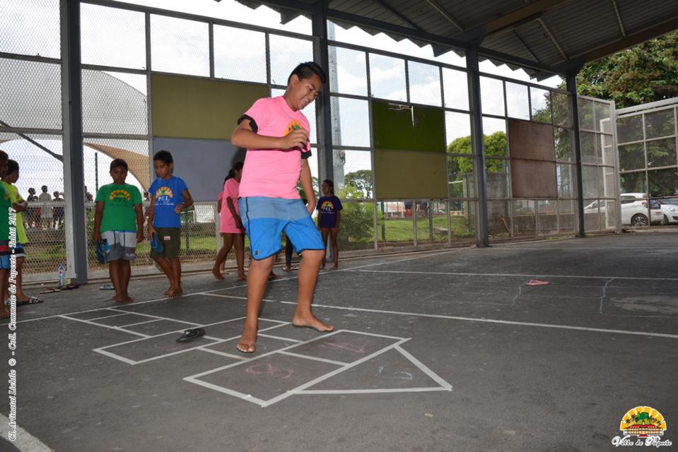 Les élèves de Papeete jouent aux osselets et à la marelle