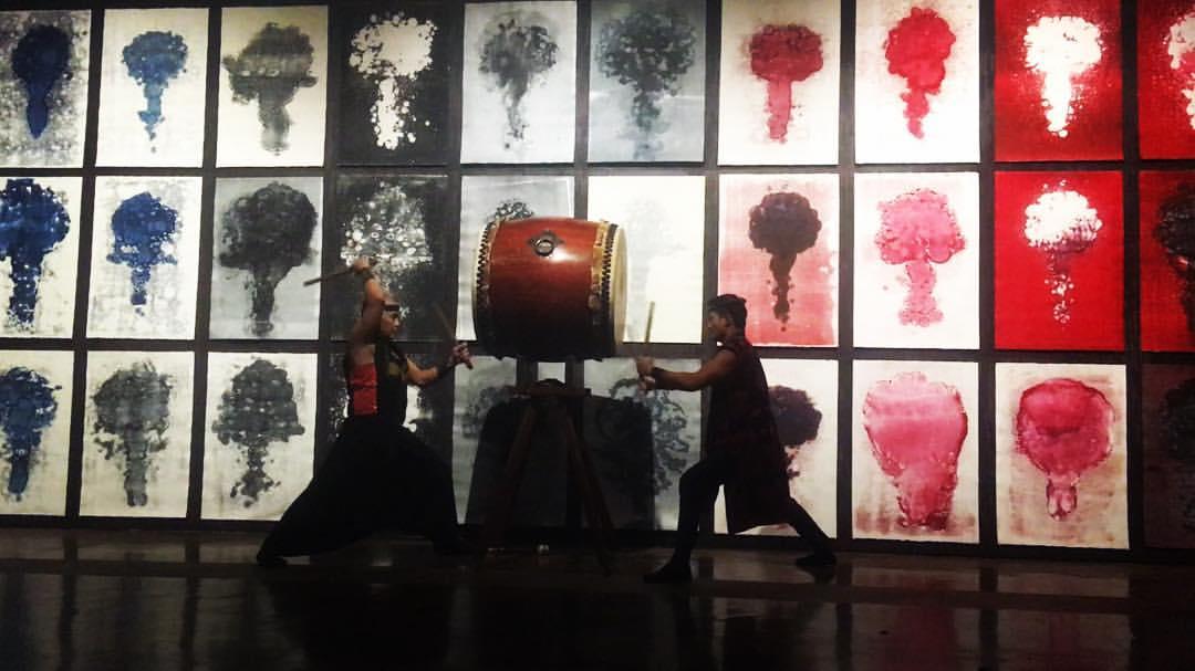 Une série de performances font partie de la pièce mise en scène par l'artiste : ici, le roulement de tambour gronde progressivement tel un volcan en éruption, cédant la place à des explosions nucléaires assourdissantes. Après les tirs, des coupes de champagne sont servies aux spectateurs…