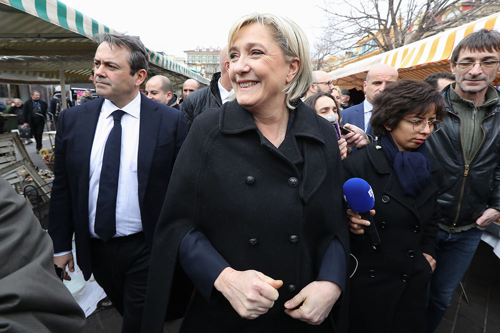"""Marine Le Pen s'en prend au """"système"""" avec des tonalités """"complotistes"""""""