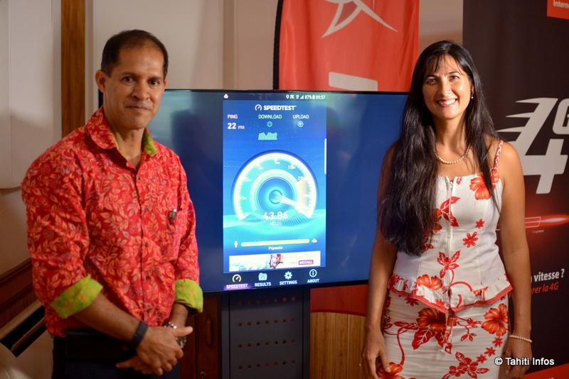 Erika Tonnerre (directrice commerciale de Vini) et Yannick Teriierooiterai (président de Vini) font la démonstration des débits atteint par leur 4G.