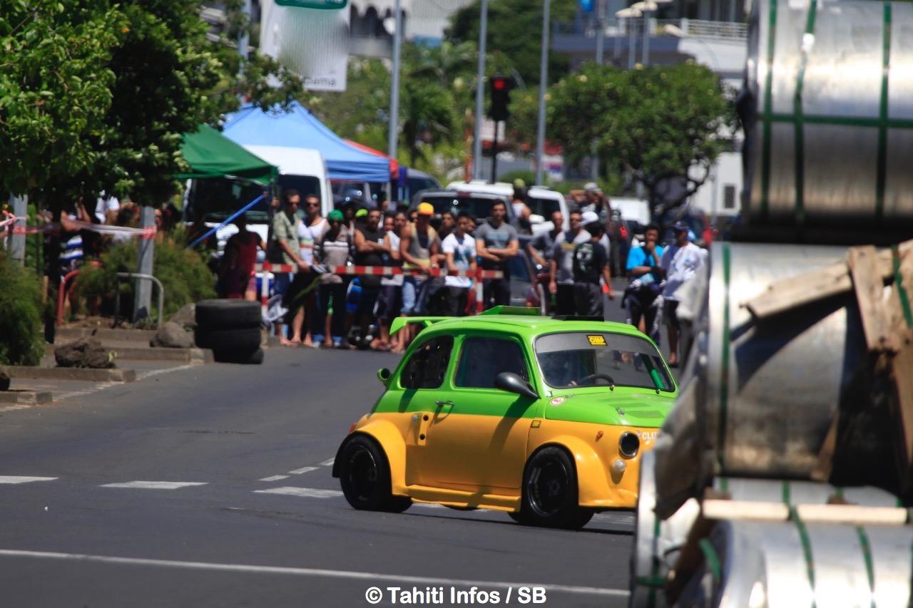 Raimana Ciuccolini au volant de sa Fiat 500