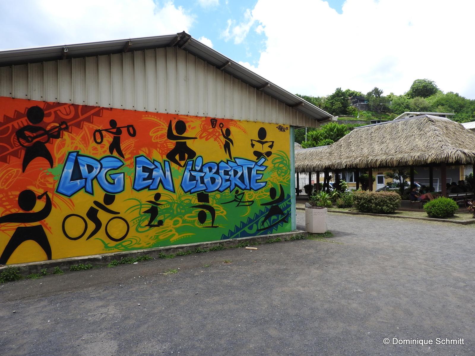 Cette superbe fresque murale a été réalisée par Rival, un jeune artiste professionnel qui initiera les élèves au graff', lors du festival.