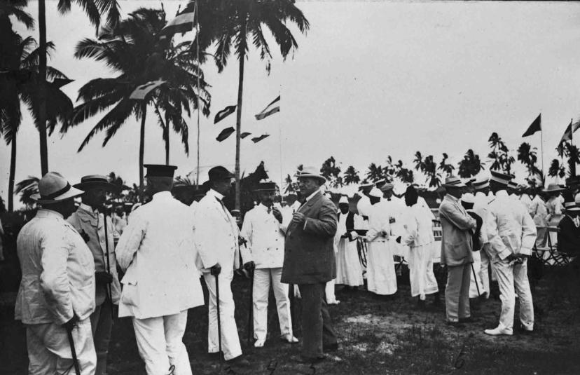 Une photo de Solf (au centre en costume et chapeau blanc) lorsqu'il prit ses fonctions au Tanganyika (devenu la Tanzanie).