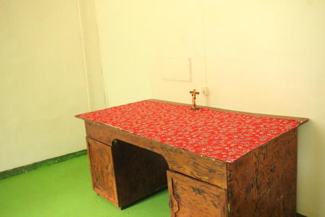 Une salle est consacrée au culte. L'aménagement est sommaire. Une table dans un coin de la pièce. Un crucifix y a été placé.