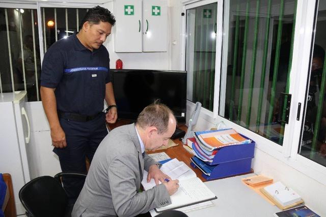 Le ministre de la Justice signe le livre d'or