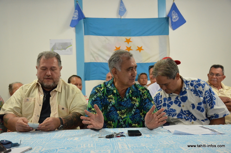Oscar Temaru, mardi au siège du Tavini Huiraatira à Faa'a, entouré de Richard Tuheiava et de Moetai Brotherson.