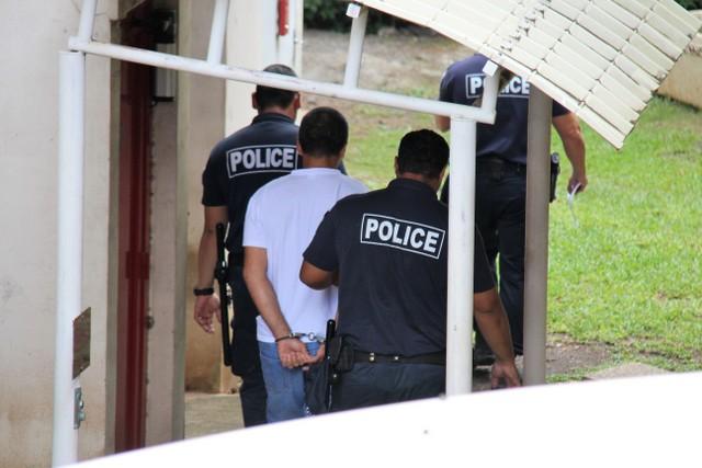 C'est entre deux policiers que le prévenu, jugé libre pour une série d'agressions sexuelles, a quitté le palais de justice à l'énoncé de sa condamnation.