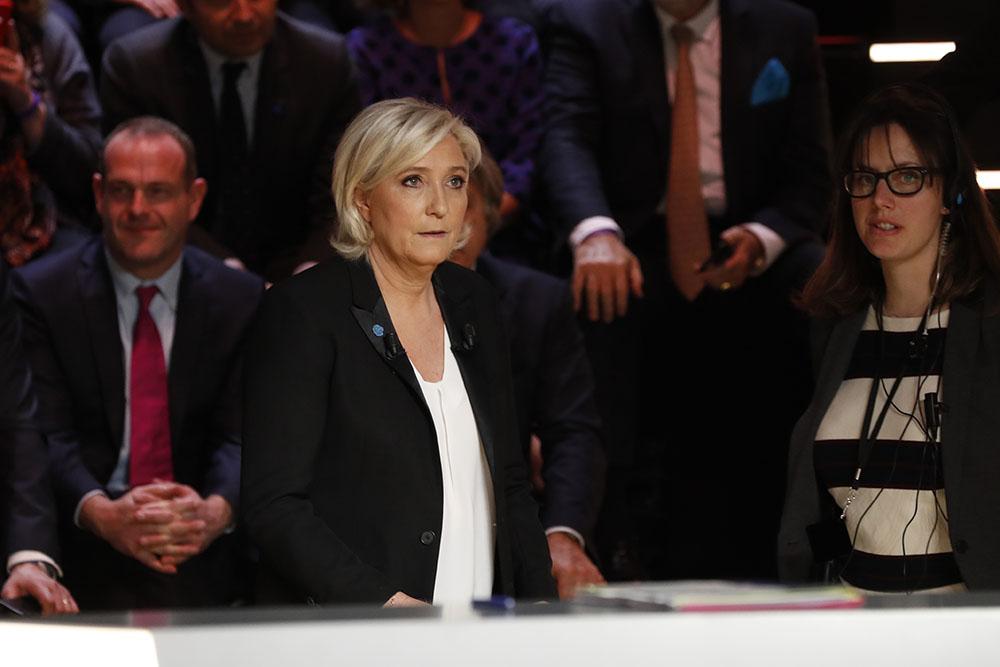 """Législatives: près de 540 investitures validées """"définitivement"""" par le FN"""