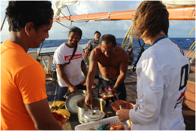 Repas à bord de Faafaite au large des Australes (Photo Jérôme Petit).