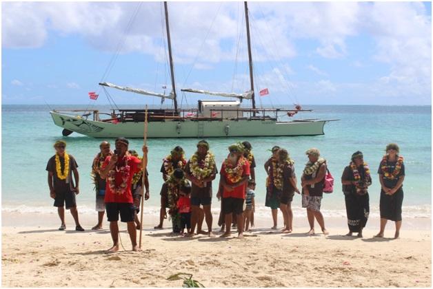Orero de Viriamu Teuruarii sur le Rahui Nui No Tuhaa Pae devant l'équipage et la pirogue (Photo : Jérôme Petit).